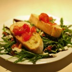 Brucchetta auf Balsamico-Ruccolatsalat mit Parmesanhobel